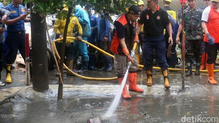 Gubernur DKI Jakarta Anies Baswedan ikut serta dalam kerja bakti bersama warga di Jakarta Timur. Anies nampak ikut bersihkan sampah berlumpur sisa banjir.
