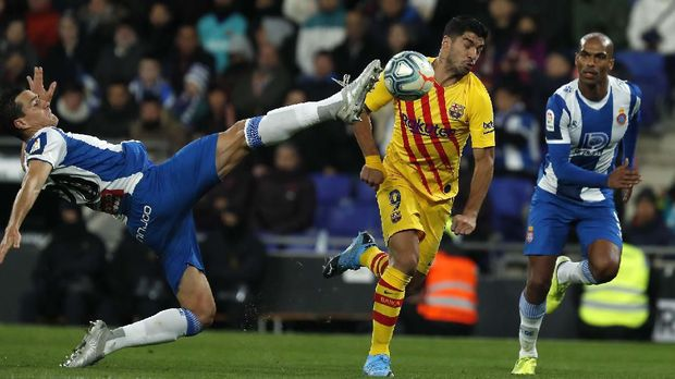 Luis Suarez mencetak satu gol saat Barcelona ditahan imbang Espanyol 2-2.