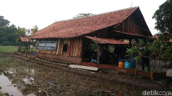 Ada juga Warung Kopi Manis (WKM) yang merupakan salah satu destinasi wisata kuliner di Cirebon yang populer di tahun ini. Warung yang terletak di areal persawahan ini cocok untuk wisata kuliner keluarga. Bangunannya berkonsep joglo dan limasan. (Sudirman Wamad/detikTravel)