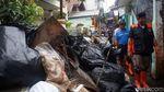 Anies Bersih-bersih Sampah Sisa Banjir Bareng Warga Jaktim
