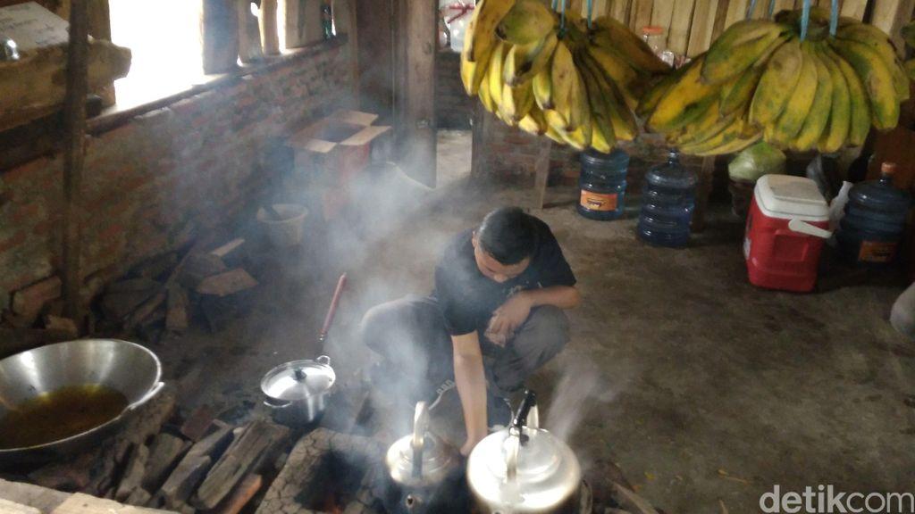 warung kopi manis bersuasana pedesaan di cirebon