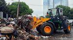 Alat Berat Angkut Sampah Sisa Banjir di Jakarta