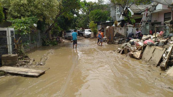 Foto: Lumpur sisa banjir di Villa Nusa Indah (Sachril-detikcom)