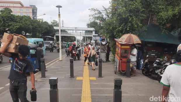 Trotoar di Jalan Salemba Raya Jakarta Pusat diserobot PKL