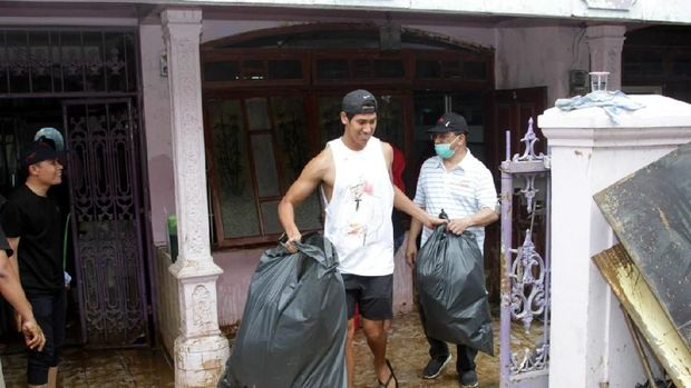 Ketika Sean Gelael Ikut Bantu Korban Banjir Jakarta