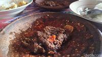 Huaah! Pedas Menyengat Empal Daging Dipadu Sambal Bajak