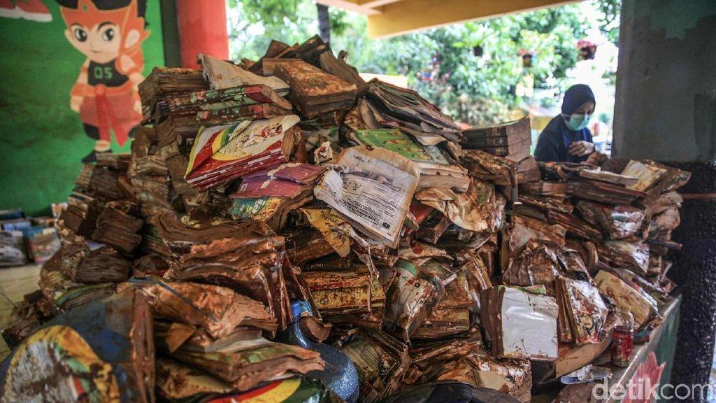 Alamak! Ratusan Buku Ini Rusak Terendam Banjir
