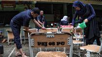 Aksi Bersih-bersih Para Guru di Hari Pertama Masuk Sekolah