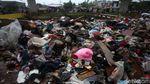 Aduh! Sampah Sisa Banjir Menumpuk di Kolong Tol Becakayu