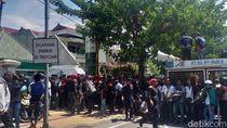 Tak Demo Perusahaan, Buruh Tak Dibayar Setahun Ini Justru Geruduk Kantor Bank