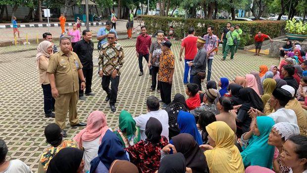 Gubernur Sulsel Nurdin Abdullah meninjau dan menyalurkan bantuan untuk warga Sulsel di Jakut yang terkena banjir
