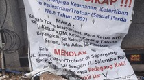 Warga Pasang Spanduk, Tolak PKL Jualan di Trotoar Jl Kramat-Salemba Raya