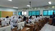 Kelas Lembab Usai Banjir, Siswa SMAN 8 Jakarta Belajar di Perpustakaan