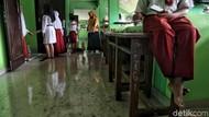 Hari Pertama Sekolah, Siswa SD di Kapuk Muara Bersihkan Kelas