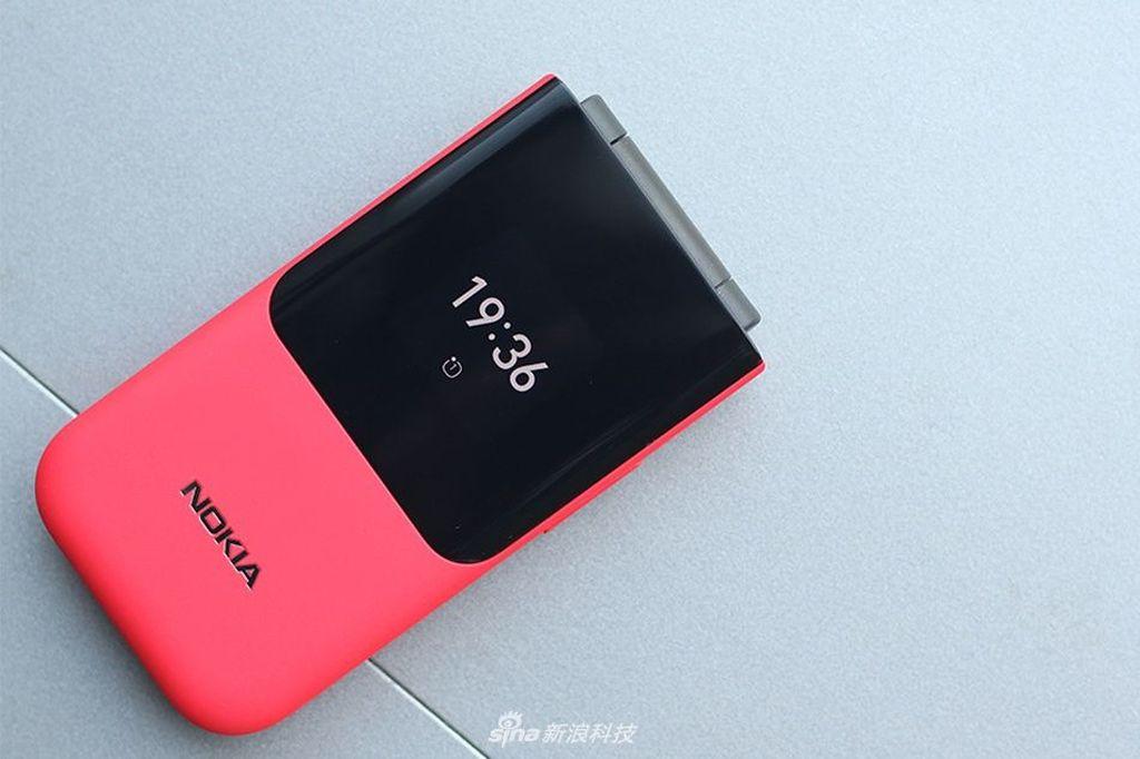 Layarnya ada dua. Di bagian luar berukuran 1,3 inch. Foto: Sina Mobile