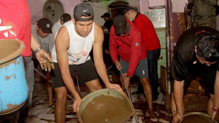 Sean Gelael ikut membantu korban banjir di Jakarta (dok.Sean Gelael)