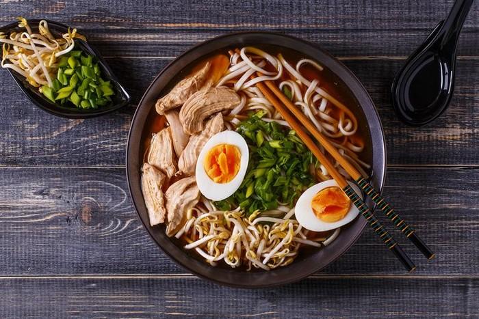 beragam jenis makanan musim dingin jepang ada oden, ramen, mizutaki, tori zosui, yudofu