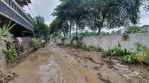 Lumpur di Vila Nusa Indah Masih Sebetis Usai Banjir, Begini Kondisinya