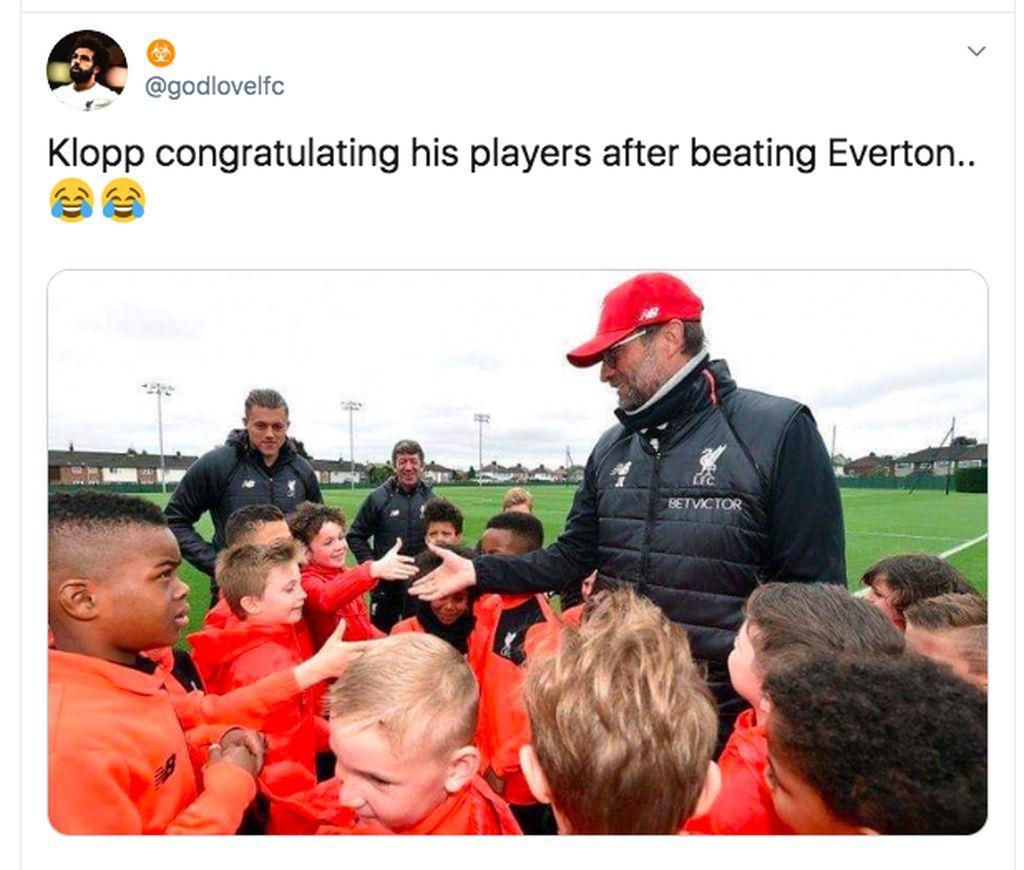 Jurgen Klopp memberi selamat pada para bocah Liverpool yang mengalahkan Everton. Foto: Twitter