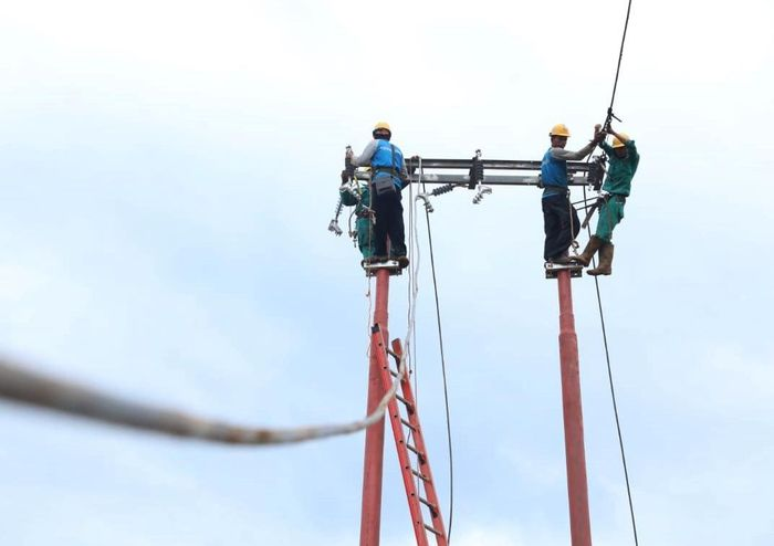 Sejumlah petugas PLN bergerak untuk memulihkan listrik di wilayah terdampak banjir bandang di kawasan Lebak, Banten. Istimewa/Dok. PLN.