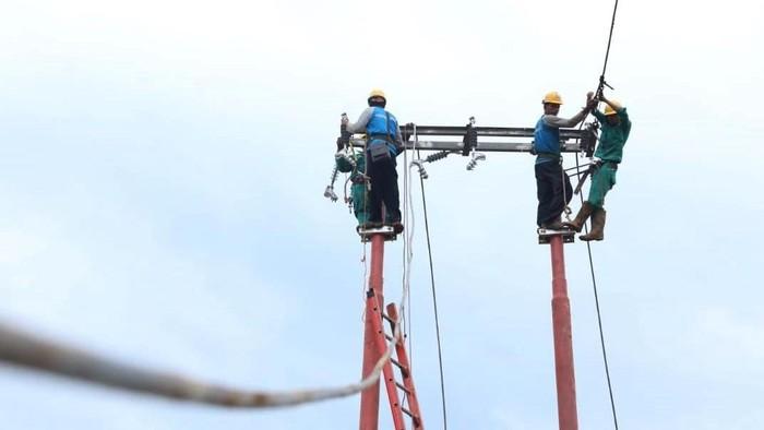 Banjir bandang yang melanda sejumlah kawasan di Lebak, Banten, membuat akses di wilayah itu terputus. PLN pun mengerahkan petugas untuk pulihkan listrik di sana