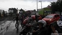 Begini Macetnya Lalin di Palang Joglo Saat KA Bandara Solo Melintas