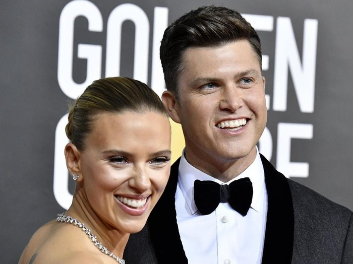 BEVERLY HILLS, CALIFORNIA - JANUARY 05: Scarlett Johansson (L) and Colin Jost attend the 77th Annual Golden Globe Awards at The Beverly Hilton Hotel on January 05, 2020 in Beverly Hills, California. (Photo by Jon Kopaloff/Getty Images)