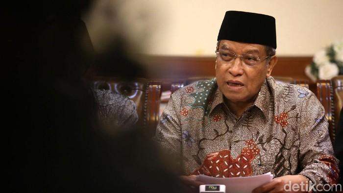Ketua Umum Pengurus Besar Nahdlatul Ulama (PBNU) KH Said Aqil Siroj (kedua kanan) didampingi Wakil Ketua Umum Maksum Mahfudz (kanan), Ketua Abdul Manan Ghoni (kiri) dan Ketua Robikin Emhas (kedua kiri) memberikan pernyataan sikap tentang kasus perairan Natuna di gedung PBNU, Jakarta, Senin (6/1/2020).