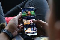Pelanggan Seluler Hobi Streaming dan Medsos Saat Nataru