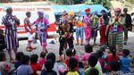 Aksi Badut Hibur Anak-anak Korban Banjir Jakarta