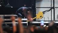 Gokil! 5 Band yang Doyan Hancurkan Alat Musik saat Manggung