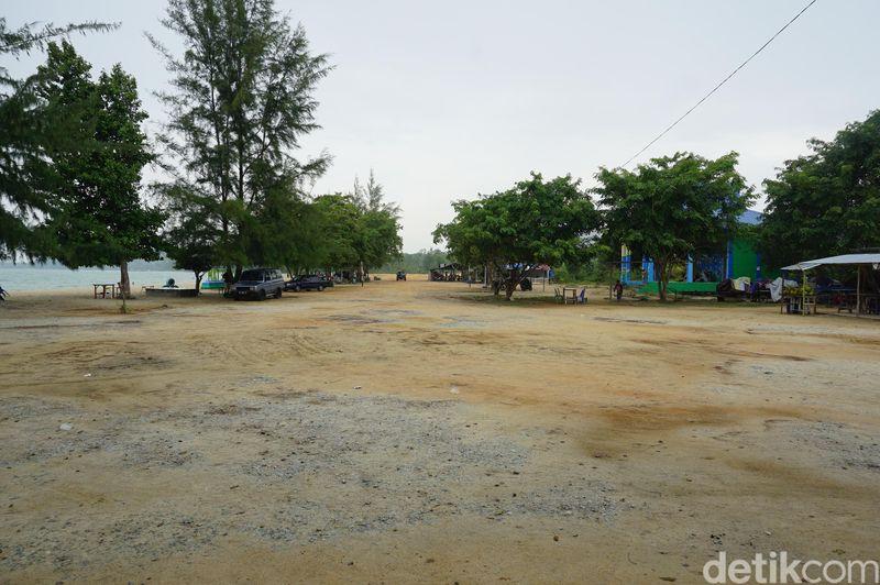 Anda yang berkunjung ke Kabupaten Karimun wajib untuk berkunjung ke Pantai Ketam. Lahan parkir yang luas di pantai ini (Foto: Ahmad Masaul Khoiri/detikcom)