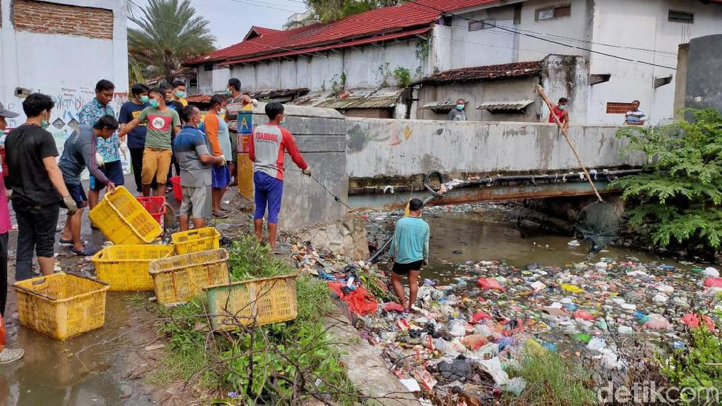 Taj Yasin Minta Normalisasi Sungai yang Dipenuhi Gunungan Sampah