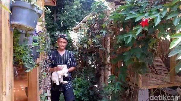 Rumah kelinci jadi salah satu wahana favorit wisatawan di Taman Satwa Cikembulan. Ada berbagai jenis kelinci dipelihara di sini. (Hakim Ghani/detikcom)