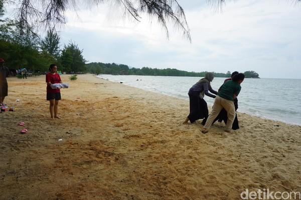 Pantai Ketam kerap jadi destinasi wisata favorit warga di perbatasan Indonesia. Tak hanya berenang, warga dapat melakukan aktivitas air lainnya di pantai itu (Foto: Ahmad Masaul Khoiri/detikcom)