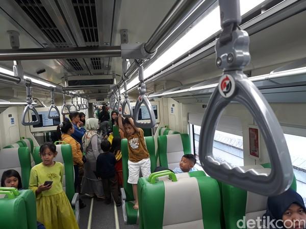 Jarak antara Stasiun Balapan hingga Bandara Adi Soemarmo terhitung sekitar 13,5 km. Jarak tersebut ditempuh selama 19 menit. (Bayu Ardi Isnanto/detikcom)