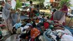 Warga Korban Banjir Serbu Pakaian Gratis