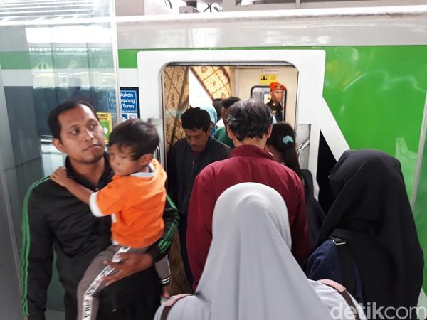 Kereta Api (KA) Bandara Internasional Adi Soemarmo (BIAS) Solo digratiskan selama dua bulan sejak dioperasikan perdana pada 29 Desember 2019 lalu. Masyarakat banyak memanfaatkannya untuk berekreasi. (Bayu Ardi Isnanto/detikcom)