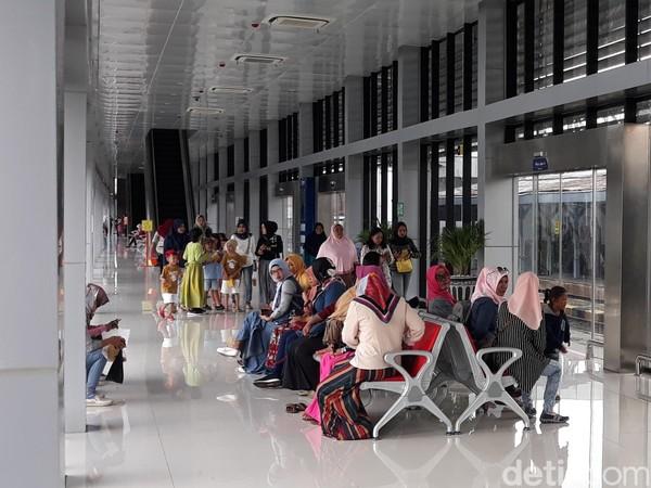 Terlihat di peron KA BIAS, Stasiun Balapan, para penumpang rata-rata anak-anak bersama orang tua mereka. Hanya sedikit penumpang yang membawa koper menuju bandara. (Bayu Ardi Isnanto/detikcom)