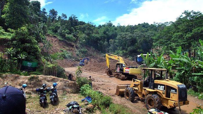 Sejumlah alat berat digunakan untuk membuka akses jalan longsor di Desa Harkat Jaya, Kecamatan Sukajaya, Kabupaten Bogor, Jawa Barat, Selasa (7/1/2020). Presiden Joko Widodo menginstruksikan Menteri Pekerjaan Umum dan Perumahan Rakyat (PUPR) segera memperbaiki jalur dan membuka akses untuk desa-desa di Sukajaya, Kabupaten Bogor yang terisolasi akibat bencana tanah longsor yang terjadi sejak Rabu (1/1/2020). ANTARA FOTO/Arif Firmansyah/foc.