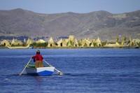 Sekitar 40 pulau berada di Danau Titicaca yang dihuni penduduk. Salah satu pulau yang jadi destinasi wisata adalah Pulau Uros dengan penuh keunikan. Permukaan pulaunya bukanlah tanah, melainkan susunan dari rumput alang-alang! (iStock)