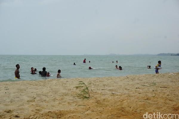 Tak hanya mandi dan berenang saja, warga juga memanfaatkan Pantai Ketam-Pongkar untuk piknik dengan menggelar karpet, membawa makanan, dan menyetel musik. Itu dilakukan salah satu wisatawan dengan keluarga besarnya (Foto: Ahmad Masaul Khoiri/detikcom)