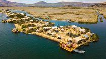 Pulau Apung dari Alang-alang di Danau Tertinggi Dunia