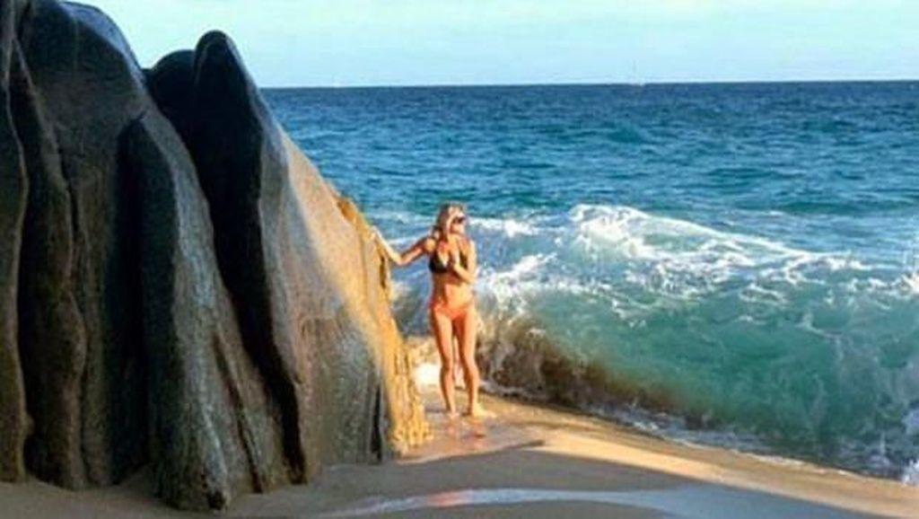 Sudah Pose Pakai Bikini, Model Seksi Ini Malah Dihantam Ombak
