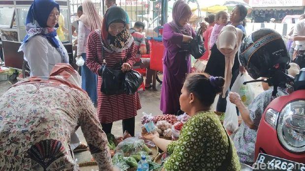Uneg-uneg Pedagang Kantong Plastik Pasar Minggu Usai Pergub Larangan Terbit