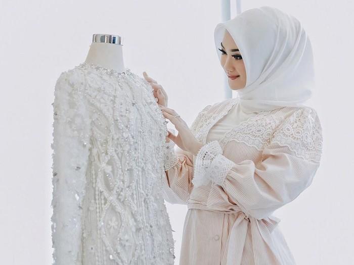 Ilustrasi kebaya pengantin hijab. Foto: dok instagram @indahnadapuspita