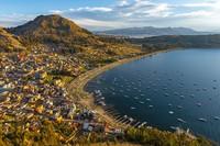 Danau Titicaca punya ketinggian 3.821 mdpl dengan luas 8300 kilometer persegi dan kedalaman lebih dari 20 meter. Bagian timurnya berada di Peru dekat Kota Puno, sedangkan bagian baratnya masuk negara Bolivia dekat Kota Copacabana. (iStock)