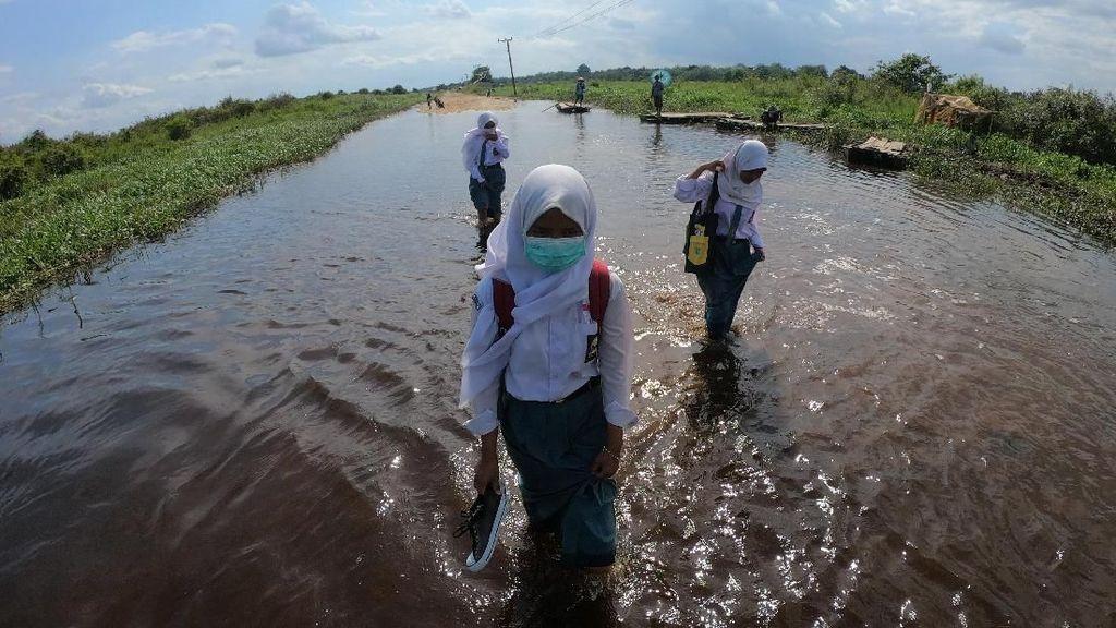 Semangat Pelajar di Jambi Bersekolah Terjang Banjir