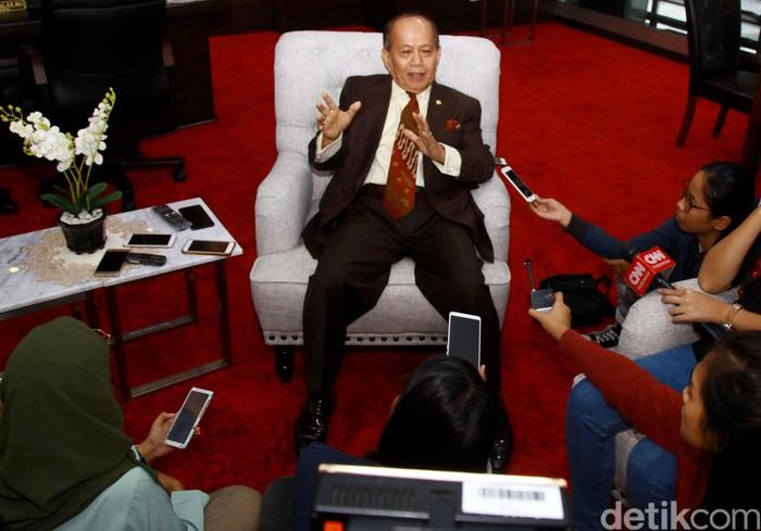 Wakil Ketua MPR Syarif Hasan memberikan keterangan pers di hadapan awak media. Ia angkat bicara terkait persoalan di perairan Natuna.