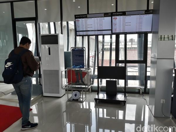 Di Stasiun Balapan, penumpang dapat melihat jadwal penerbangan bandara Solo. Begitu pula sebaliknya, di Bandara Adi Soemarmo, penumpang bisa mengetahui jadwal kereta. (Bayu Ardi Isnanto/detikcom)